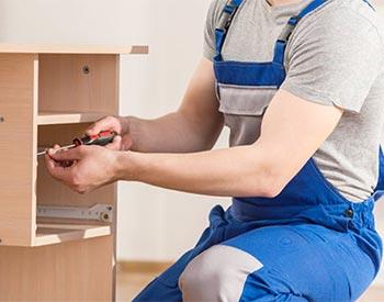 Montador de móveis fazendo a desmontagem de um móvel