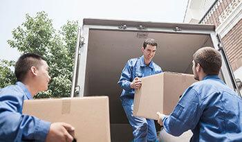 Homens colocando a mudança do cliente dentro do caminhão