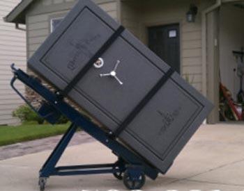 Cofre sendo transportado com um carrinho de mão
