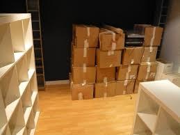 Cixa de mudança feitas de papelação e alguns móveis