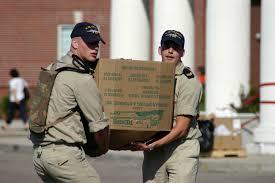Homens carregando uma caixa de papelão na mudança de residencia