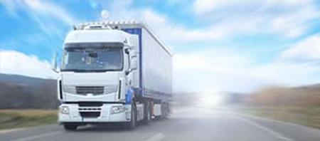 Caminhão transportando frete em blumenau